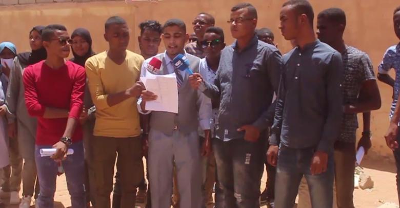 طلبة مرحلة الشهادة الثانوية من أمام كلية التربية في منطقة الغريفة