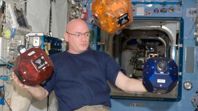 Photo of روبوت فريد يساعد رواد الفضاء