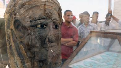 قناع فضي مطلي بالذهب مقبرة سقارة المصرية - مصر