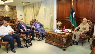 صورة حفتر يلتقي أعضاء من مؤسسة النفط