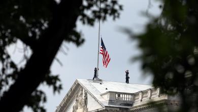 تنكيس العلم الأميركي حداداً على جون ماكين