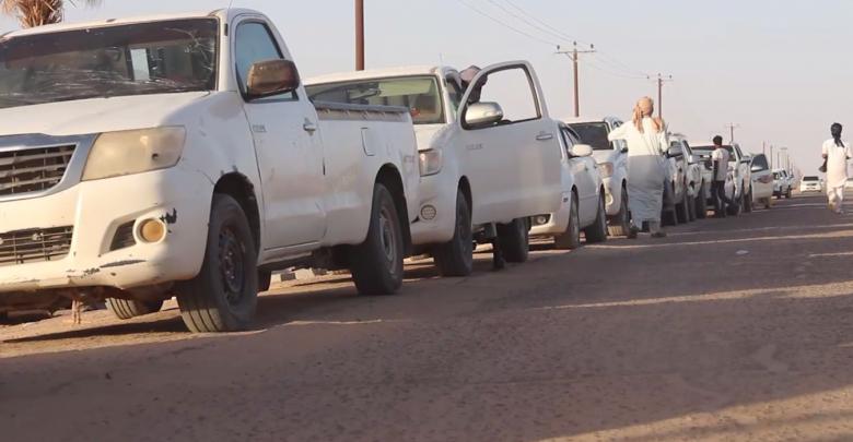 طابور السيارات محطة من محطات الوقود السوداء