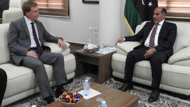 نائب رئيس المجلس الرئاسي عبد السلام كاجمان والسفير البريطاني فرانك بيكر