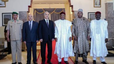 المشير خليفة حفتر رفقة وفد رفيع مع الرئيس النيجري