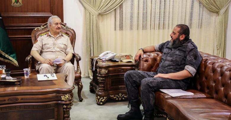 المشير خليفة حفتر ومدير الإدارة العامة للبحث الجنائي بوزارة الداخلية في الحكومة المؤقتة العميد صلاح هويدي