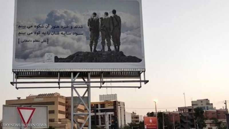 إعلان ضخم لجنود إسرائيليين بزيهم العسكري وبنادقهم