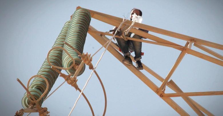عمال الصيانة في شركة الكهرباء