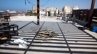 آثار سقوط قذيفة نتيجة اشتباكات طرابلس
