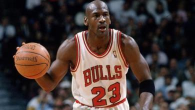 لاعب كرة السلة السابق مايكل جوردان