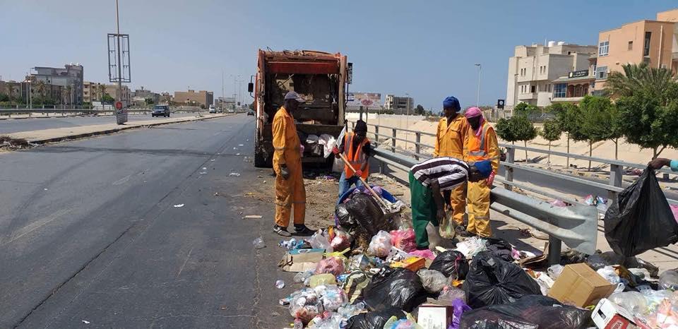 إزالة أكوام القمامة من قبل لشركة الخدمات العامة في مدينة طرابلس
