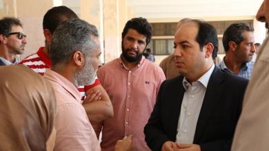 النائب أحمد معيتيق أثناء تفقده وضع النازحين بمدرسة الانعتاق بمنطقة سيدي عبدالجليل في جنزور