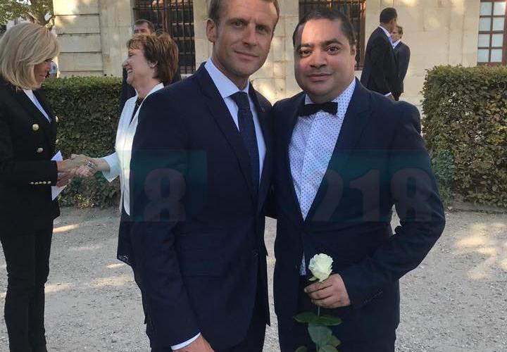 المصمم الليبي نبيل والرئيس الفرنسي إيمانويل ماكرون