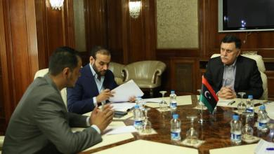 رئيس المجلس الرئاسي يتابع مع المسؤولين المختصين تنفيذ برامج دعم الأسر النازحة