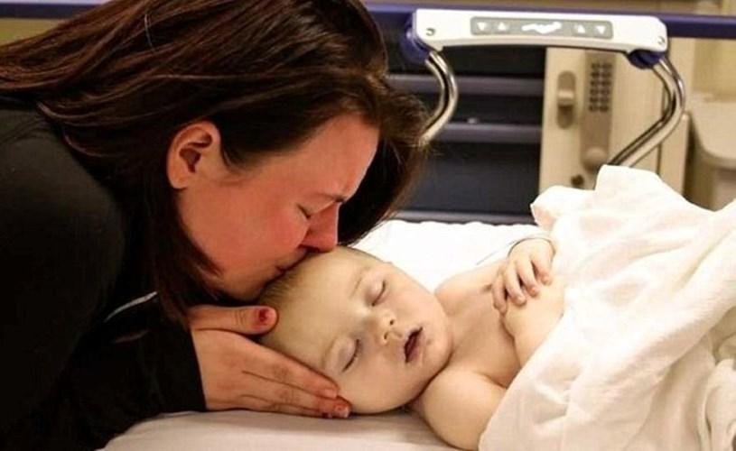 الأمّ الأميركية كريستين جونسون ورضيعها المتوفي