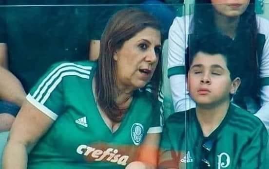 أحد فاقدي البصر في مدرجات المباراة وأمه تصف له المشهد