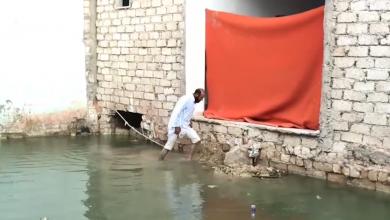 معانى المواطن أحمد إبراهيم من فيضان مياه الصرف الصحي في مدينة اجدابيا