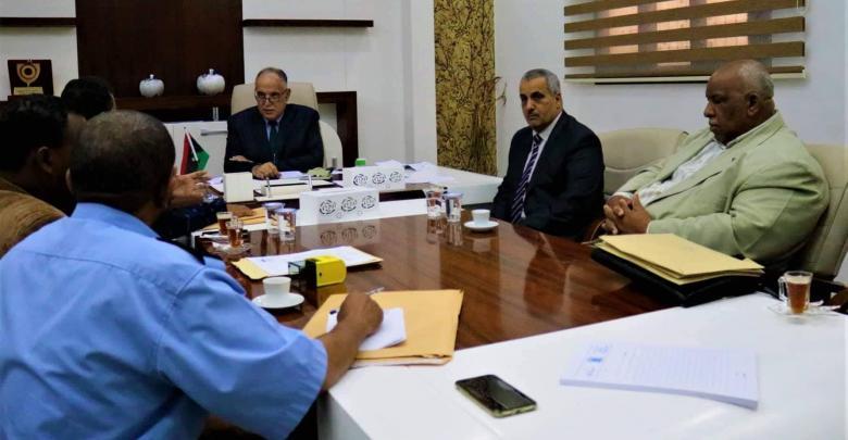 اجتماع وزير داخلية الحكومة المؤقتة إبراهيم بوشناف مع مدراء أمن بلديت القطرون والقرضة وأوباري، والشاطئ الغربي