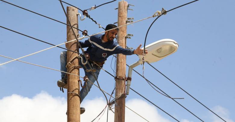 إصلاح أسلاك الكهرباء المقطوعة في شارع السلام طرابلس