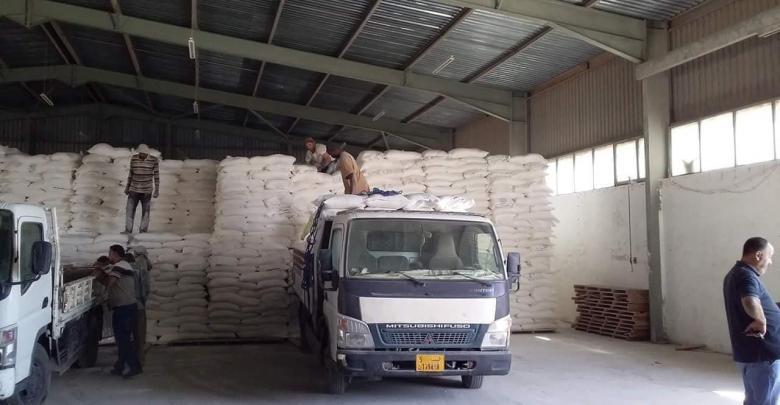 الحكومة المؤقتة توزع شحنة دقيق على 3 بلديات