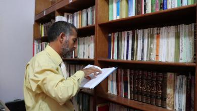 Photo of الدكتور ابشينة يحوّل مكتبته لمنارة علم