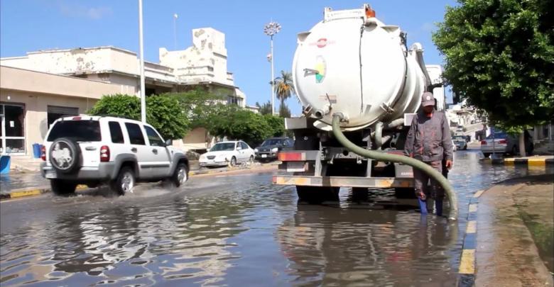 سحب مياه الأمطار من شوارع سرت