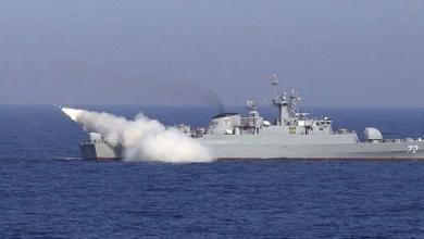 سفينة إيرانية تطلق صاروخاً