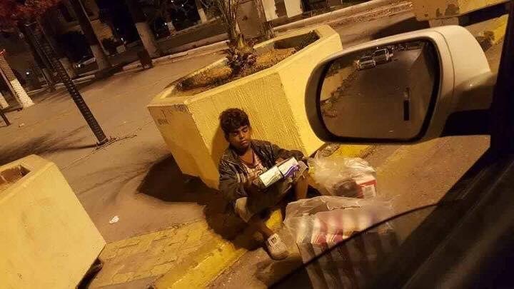طفل يبيع كلينكس في أحد شوارع طرابلس