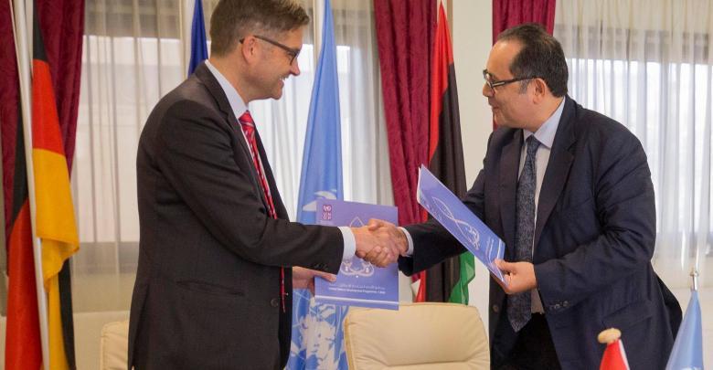 السفير الألماني أوليفر أوزا ومدير مكتب برنامج الأمم المتحدة الإنمائي في ليبيا سلطان هاجييف