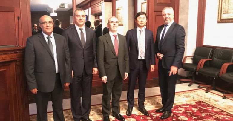 مصطفى صنع الله و مدير شركة غازبروم الدولية سيرجي رومانوف، على هامش مؤتمر أسبوع الطاقة الروسي