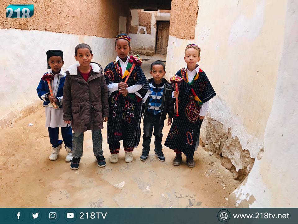 أطفال غدامس باللباس التقليدي القشابية ويحملون الباشير