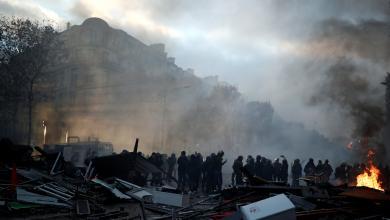 """صورة """"البنزين"""" يُشْعِل فرنسا.. وماكرون يرد بـ""""المُسيّل للدموع"""""""