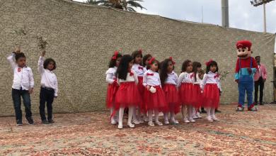 صورة أطفال ليبيا يرفعون أغصان الزيتون