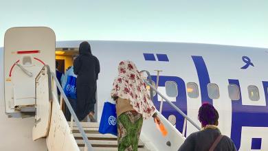 صورة ترحيل 120 مهاجرا من مطار تمنهنت
