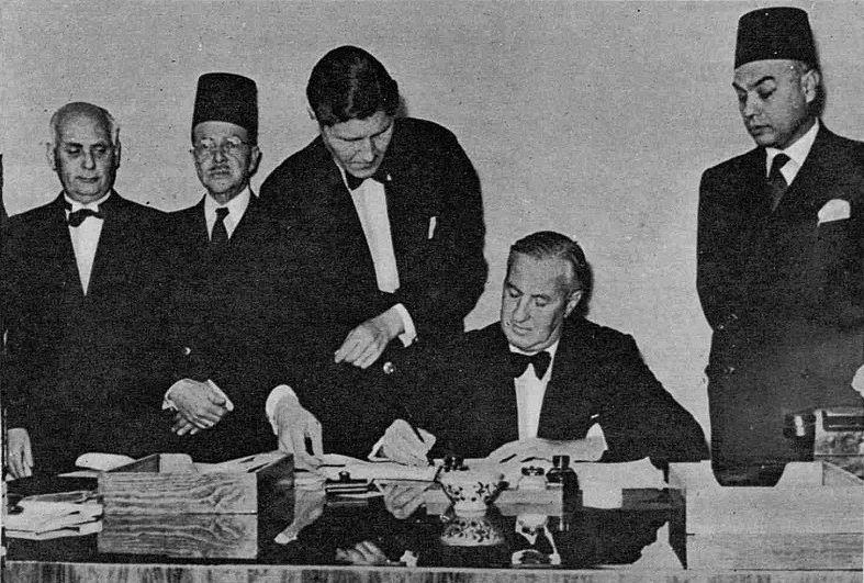 الوزير المقيم البريطاني في ليبيا، ت. ر. بلاكلي، يوقع إعلان استقلال ليبيا ونقل سلطات بريطانيا الادارية إلى الدولة الليبية، في ديسمبر 1951.