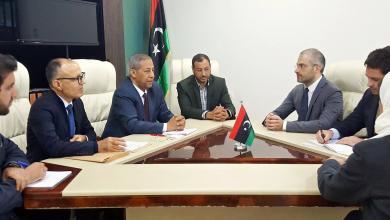 وزير الحكم المحلي ميلاد الطاهر خلال اجتماعه مع نائب السفير الإيطالي نيكولا اورلاندو - طرابلس