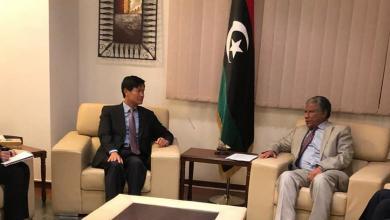 وكيل وزير الخارجية للشؤون السياسية بحكومة الوفاق لطفي المغربي - مع سفير كوريا الجنوبية لدى ليبيا، تشوي سونغ