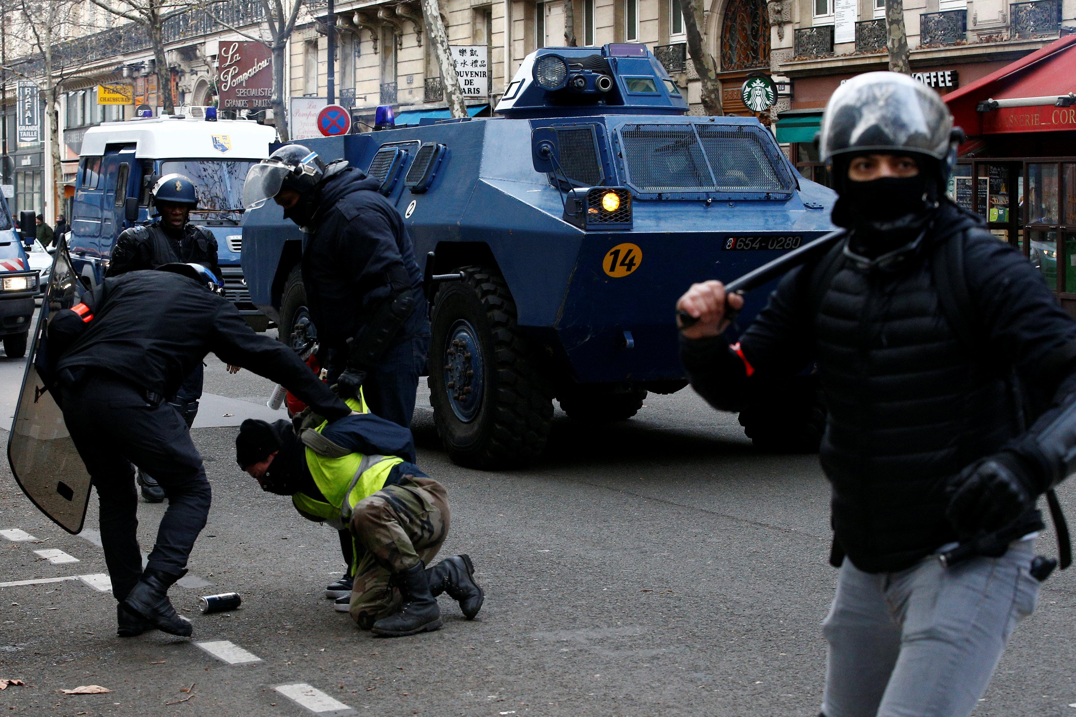 احتجاجات السترات الصفراء - فرنسا
