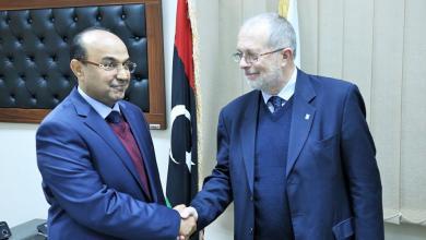 رئيس المجلس التسييري لبلدية بنغازي الصقر عمران بوجواري مع رئيس وفد الغرفة الليبية الإيطالية للتجارة جان فرانكو داميانو