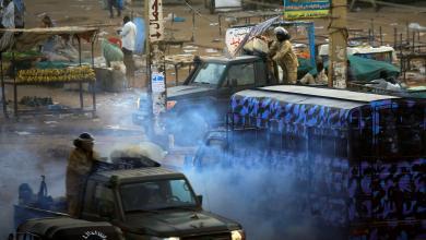"Photo of ""مُسيّل للدموع"" ضد محتجين اقتربوا من ""عمر البشير"""