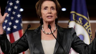 """صورة """"أقوى امرأة"""" في واشنطن و""""الطليانية"""".. تمسك المطرقة"""