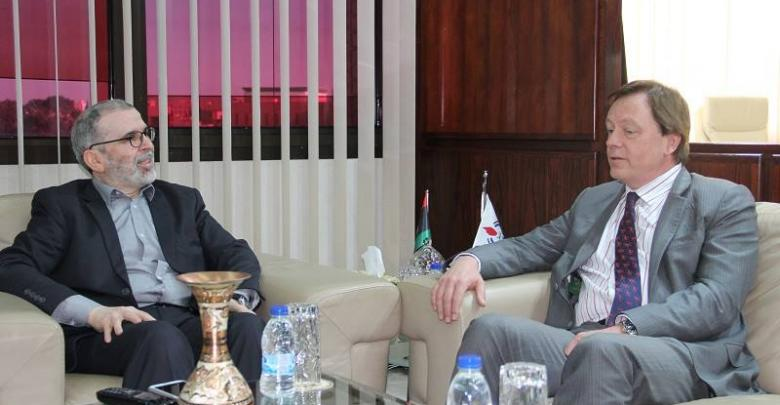 """مصطفى صنع الله مع السفير البريطاني في ليبيا """"فرانك بيكر"""""""