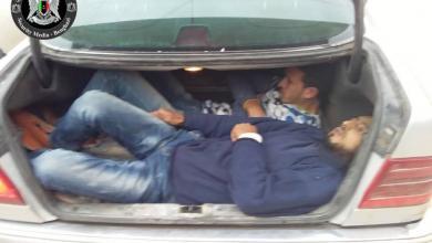 """صورة بنغازي.. ضبط شخص يُهرّب العمالة بـ""""شنطة"""" السيارة"""