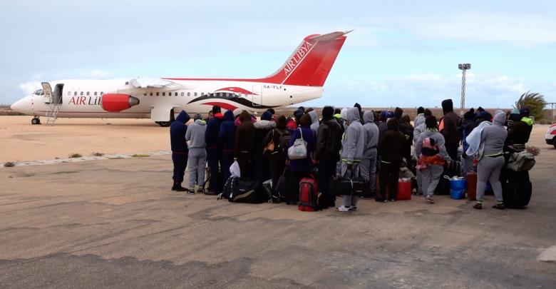 ترحيل مهاجرين غير قانونيين من مطار زوارة الى مطار معيتيقة