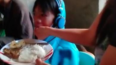 رفض التوقف عن ممارسة ألعاب الفيديو على مدى يومين فأطعمته أمه بيدها