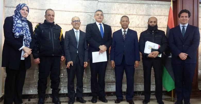 """وزير الحكم المحلي بحكومة الوفاق ميلاد عبد الله الطاهر مع السفير الإيطالي """"جوزيبي بوتشينو"""""""