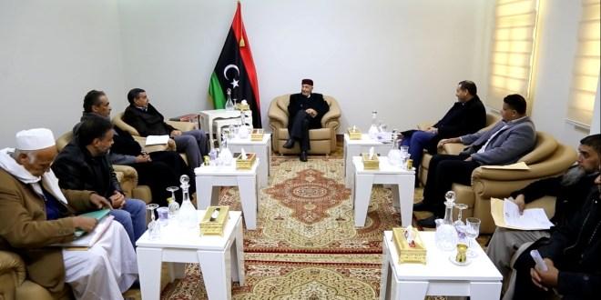 عقيلة صالح اجتماعا مع وزير التعليم بالحكومة المؤقتة فوزي بومريز
