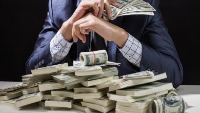 صورة شاب يبتز والدته ليحصل على المال