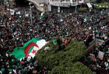 جانب من احتجاجات الجزائريين للمطالبة برحيل الرئيس (رويترز)