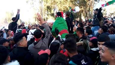 Photo of احتجاجات متواصلة في الجزائر رغم تنازلات بوتفليقة