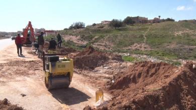 متطوعون لصيانة الطريق الرئيسية في الزنتان
